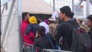 Мигрантите се тълпят на македоно-гръцката граница