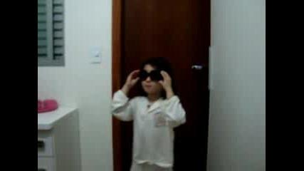 малко момиченце танцува на песен на Tokio Hotel
