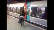 Маце забавя метрото на станцията , изхвърлят я !