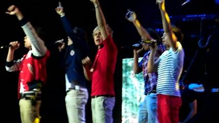 One Direction - изпълняват Stand Up 5/22/12