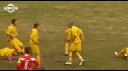 Футболист пребива съотборниците си - Смях