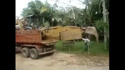 Трактор се качва на камион по руски стил