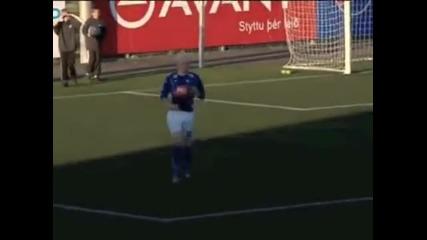 Ето по този начин един футболист трябва да празнува гола си 100% Смях!!!