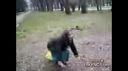Бабичка танцува след 3 енергиини напитки в парка