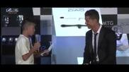 Кристиано Роналдо защитава японски фен, който чете на португалски