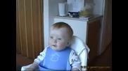 Бебе се разцепва от смях : D