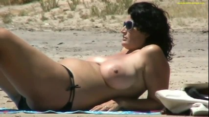 Скрита камера на плажа - едра лелка с месести