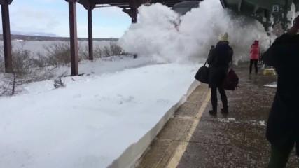 Влак предизвика истинска лавина на гара в Сащ