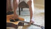 Човек свири на китара с крака и пее много готино