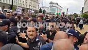 Протестиращите фермери опитаха да щурмуват сградата на МС