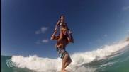 Двама гимнастици правят номера, докато сърфират