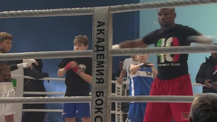 Russia: Floyd Mayweather Jr. leads massive boxing training session in Moscow