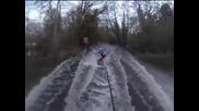 Британци практикуват уейкборд по наводнени улици и ливади в Южна Англия