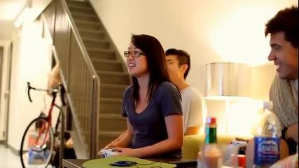 Момиче играе въодушевено Street Fighter 4