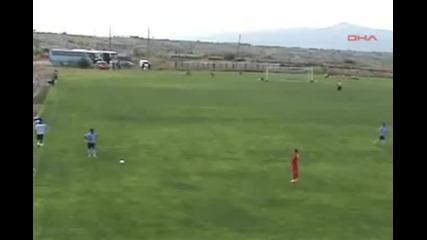 Рефер-каратист наби играч, остана сам срещу цял отбор!