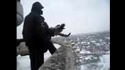 Луди руснаци изхвърлят момиче от покрив на блок ..