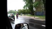 Внимание, жена зад волана, кара с дръпната ръчна! Смях