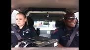 Ето какво правят ченгетата в полицейската кола ( Много Смях )