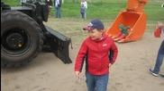 Руски багерист забавлява децата