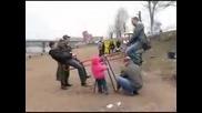 Руснаци на детска люлка (забавното е накрая ) :d