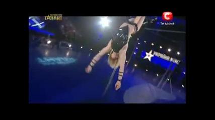 Секси блондинка показва умения на пилон- Украйна Търси Талант