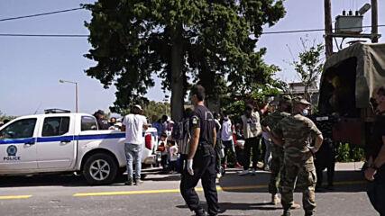 Greece: 700 refugees queue for ferry to mainland amid EU relocation programme