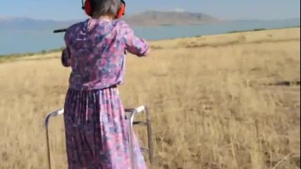 Баба извънземна стреля лаптоп и телефон !