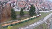Красивата гледка на железопътната теснолинейка в Европа заснета с дрон