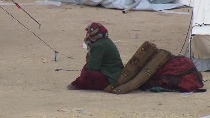 Syria: Makeshift camp set up for refugees stranded at Turkish border