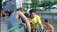 Руснак заклещва главата си на детската площадка *смях*