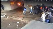 Масово сбиване между полиция и футболни фенове