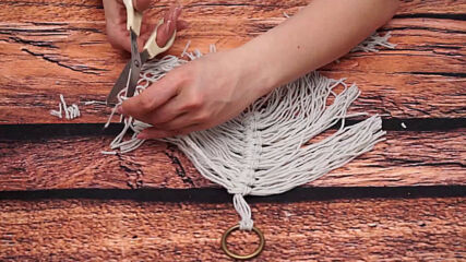 Play with yarn: Feather keychain