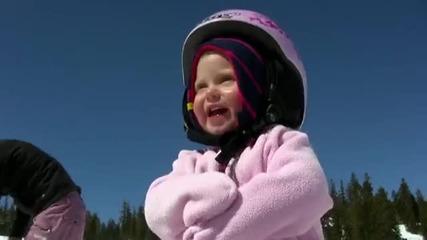 Момиченце на 1 год кара сноуборд.