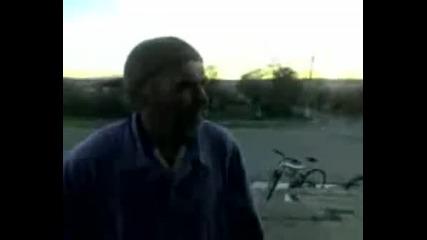 Луд дядка псува и яде бой Смях