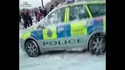 Дъжд от снежни топки върху полицейска кола