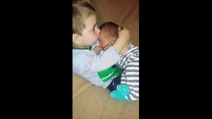 Видеото, което събра 60 милиона гледания - най-грижовният брат на света!
