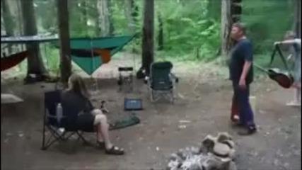 Мъж свири на китара и го каца прилеп - смях