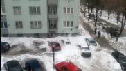 Лавина върху колите пред блока