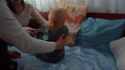 Бебе феномен на 8 месеца прави коремни преси