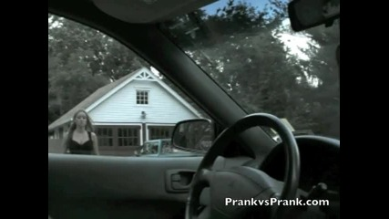 Мъж прецаква колата на жена си по много як начин !