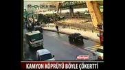 Инцидент с камион, който срутва мост!