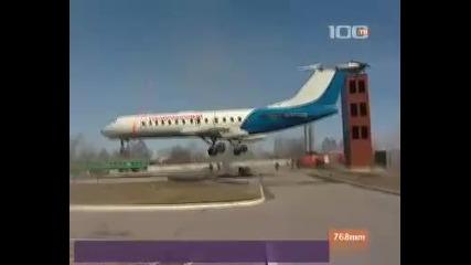 Впечатляващи кадри Вертолет пренася Самолет