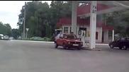 Жена с голфче не може да си зареди гориво на бензиностанция и защо ли?