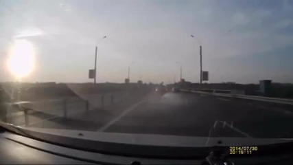 Мотоциклетист направи салто и се приземи на покрива на колата