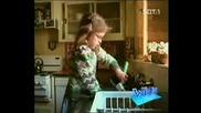 Момиченце почиства лаптоп в мивката