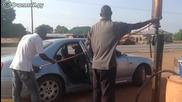 Ето как се зарежда кола с гориво в частна африканска бензиностанция