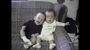 Бебенце Хълца А Другото Му Се Смее