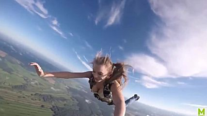 Атрактивна блондинка скача с парашут от балон