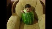 Смях Бебе в диня