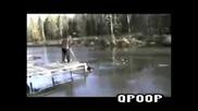 Глупак се хвърля в замразено езеро